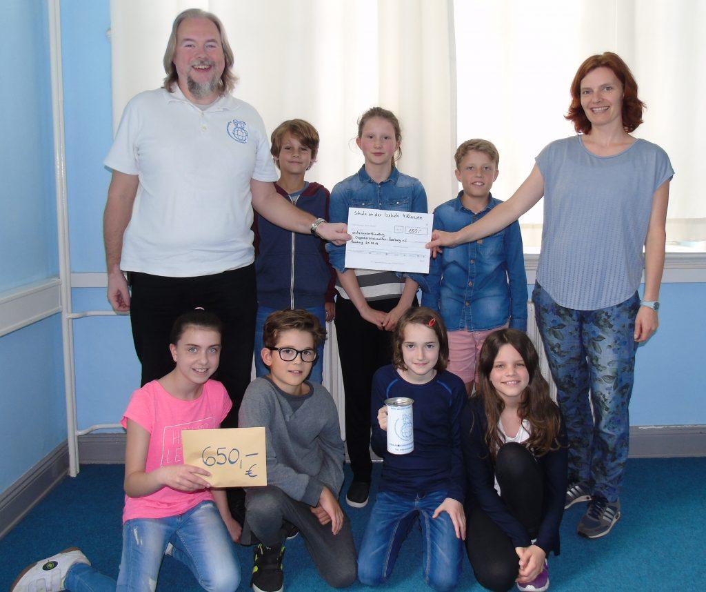 Klassensprecher der Stufe 4 übergeben mit Frau Barth Spende an Marcel Evers, Geschäftsführer von Jugenderlebniswelten e.V.